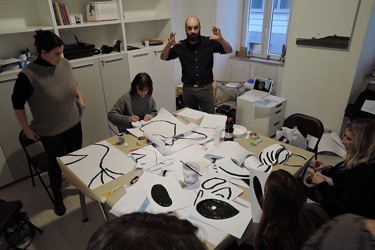 """I partecipanti al Workshop """"Lo sgurado attraverso"""" progettano la propria maschera. Il laboratorio è stato ideato e guidato dall'artista Michele Tajariol e moderato da Creaa per associazione Clic"""
