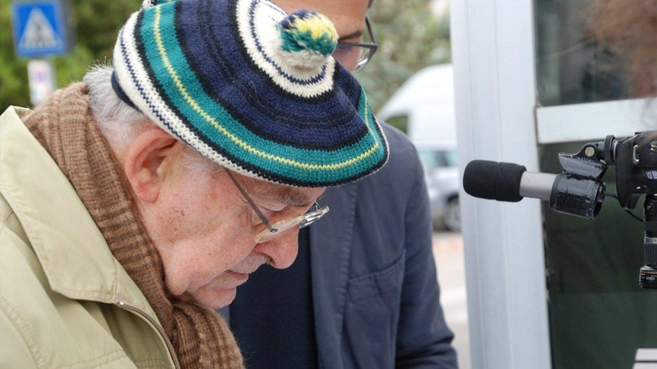 Un uomo anziamo lascia una testimonianza che andrà a comporre l'opera finale Modux del collettivo Brida per il progetto Storie in Corso