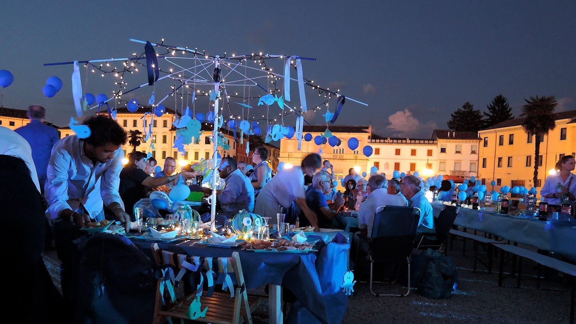 """Copertina servizio eventi - tavole imbandite e colorate durante la cena in azzurro """"Il mare a Palmanova"""""""