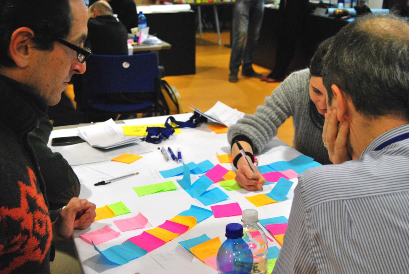 """Team usa post-it per organizzare le proprie edee durante """"Fast Prototyping"""", evento di formazione per imprenditori organizzato da Creaa per Friuli Innovazione"""