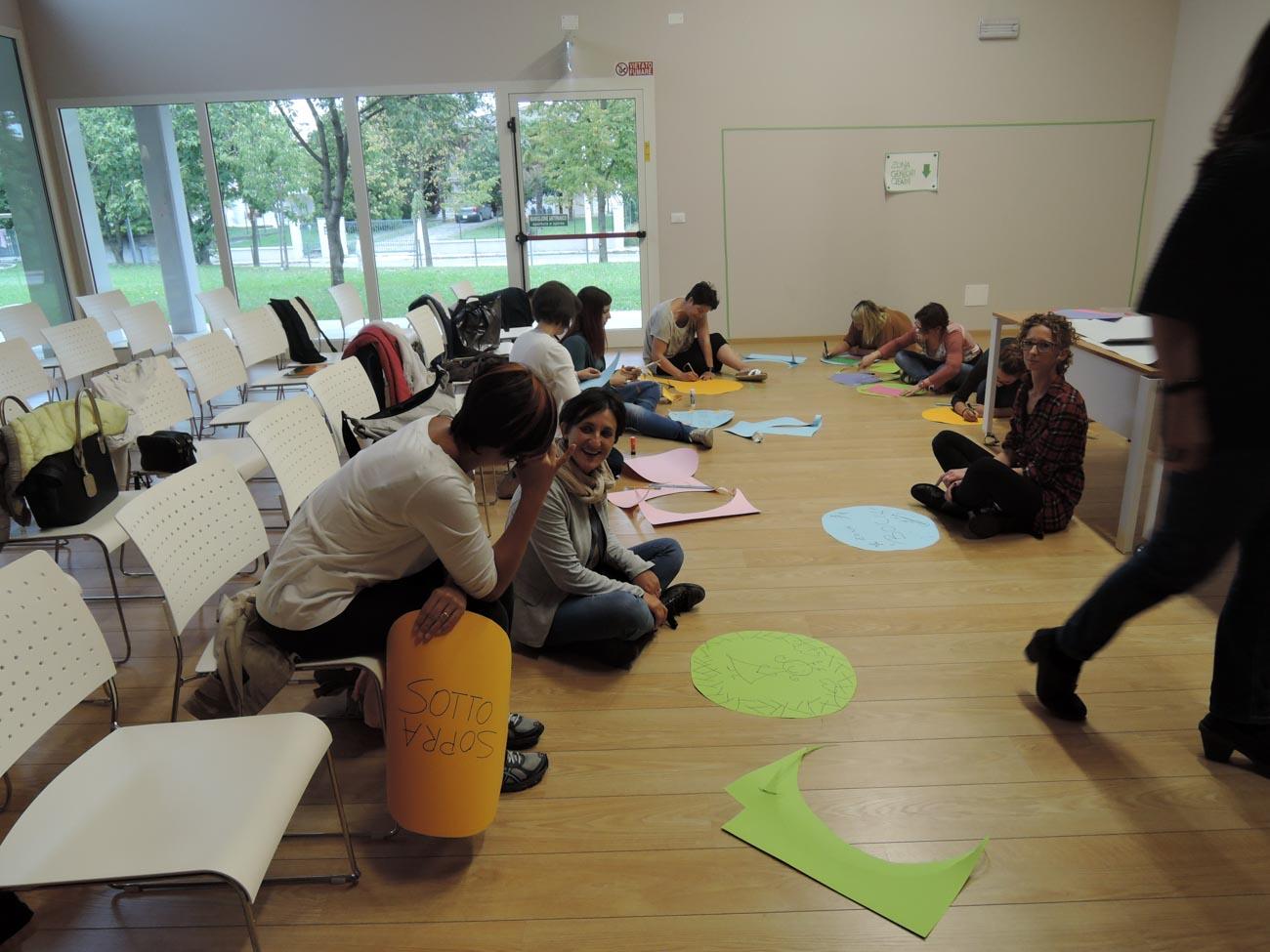 """Partecipanti al workhsop """"Utile come un punto"""" organizzato per la biblioteca di Brugnera (PN)"""