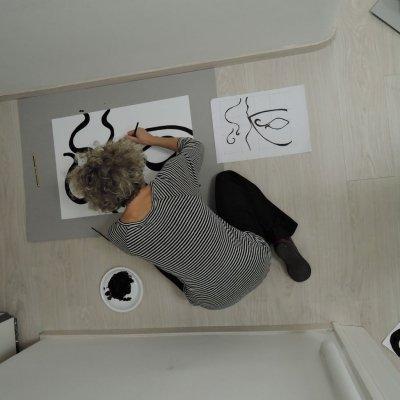 """Una partecipante al Workshop """"Lo sgurado attraverso"""" disegna la propria maschera. Il laboratorio è stato ideato dall'artista Michele Tajariol e moderato da Creaa per associazione Clic"""