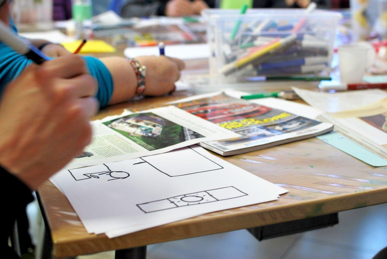 Partecipanti a un workshop disegnano il proprio progetto