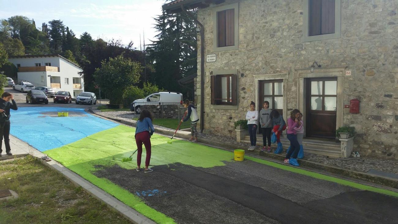 La comunità di Fagagna (Udine) dipinge una delle strade cittadine, secondo il progetto partecipativo ideato dall'artista Elisa Vladilo per il festival Art tal Ort
